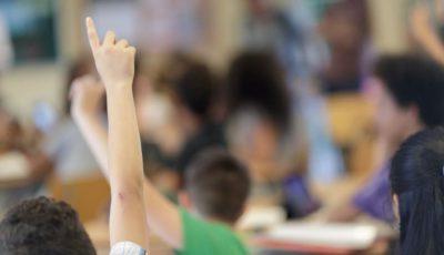 la mano de un niño levantada en una clase