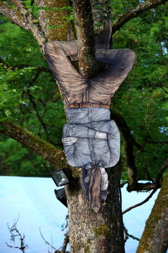dibujo de una persona colgada de un árbol