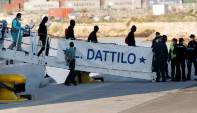 Imagen de los inmigrantes bajando del Aquarius en Valencia