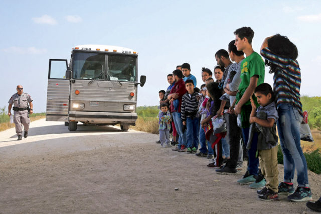 Imagen de un grupo de menores que van a subir a un autobús