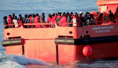 imagen de un grupo de inmigrantes en la cubierta de una barcaza de rescate