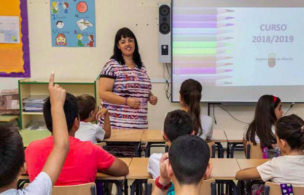 Imagen de una clase con la maestra