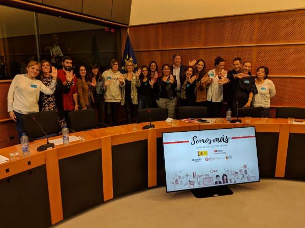 Grupo de representantes del proyecto Somos más en el Parlamento Europeo