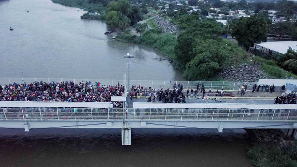Imagen de parte de la caravana cruzando un puente en Guatemala