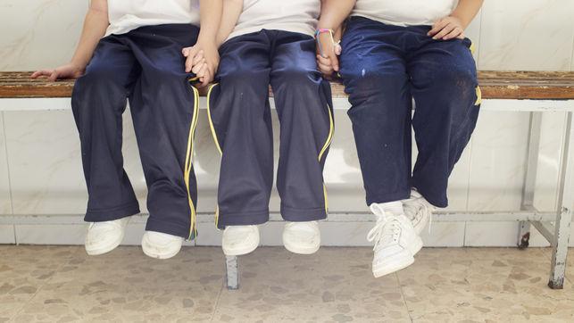imagen de tres niños/as de la mano en el Colegio San Antonio