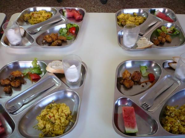 imagen de varias bandejas de comida escolar