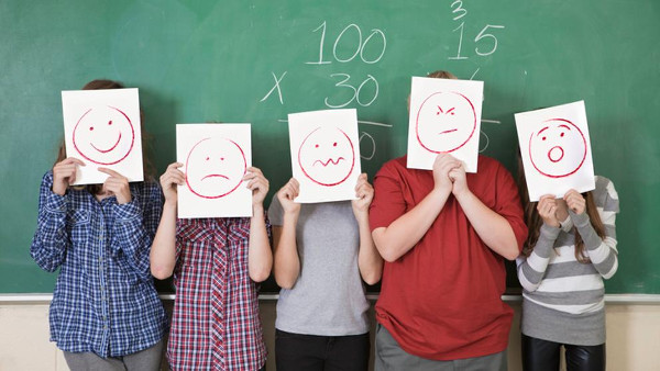 imagen de unos jóvenes con caretas de emoticonos