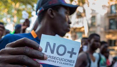 Imagen de un joven subsahariano en una manifestación contra el racismo