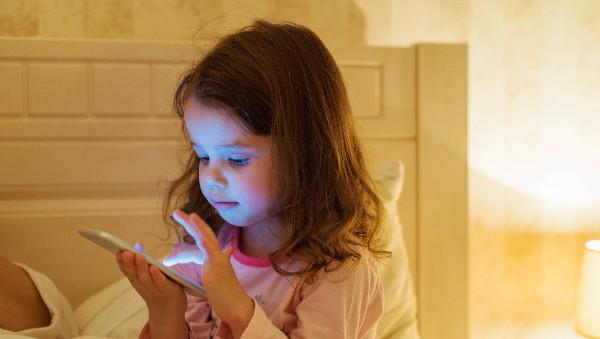 imagen de una niña con un móvil