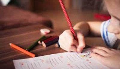 imagen de una nena con un lapicero