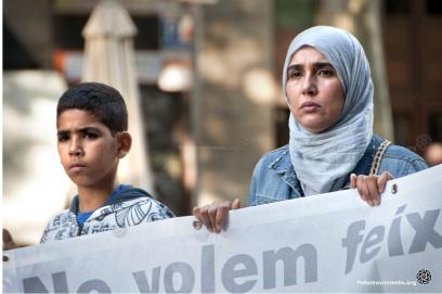 imagen de una mujer con hijab y un niño en una manifestación