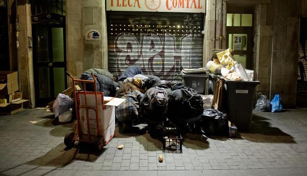 Imagen de un grupo de personas buscando en la basura