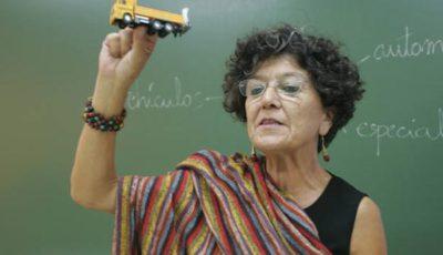 Imagen de Juana Lobo dando una clase del carnet de conducir