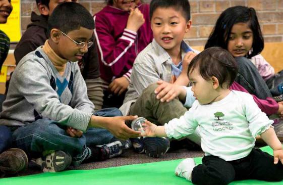 imagen de la bebé de 7 meses que visita las aulas
