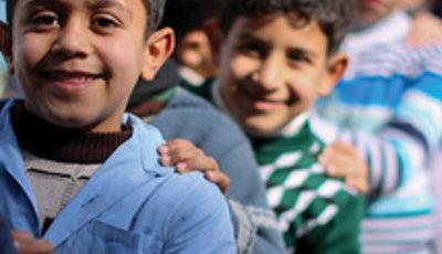 imagen de algunos niños y niñas refugiados en una fila