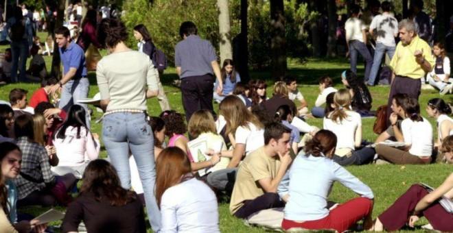 imagen de grupos de jóvenes sentados en jardines