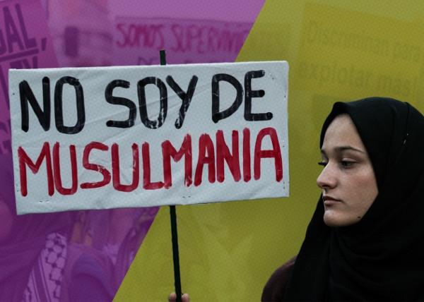 """Joven con Hijab y una pancarta """"no soy de Musulmania"""""""