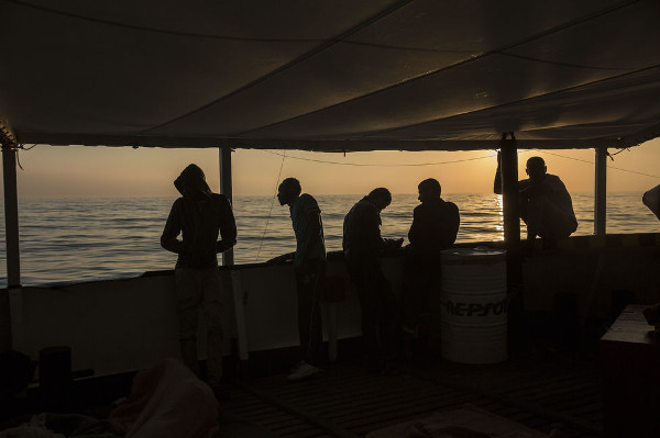 algunos de los rescatados por el Open Arms esperando llegar a puerto
