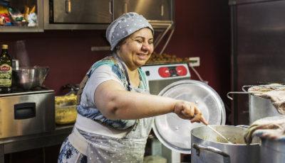 Imagen de una mujer iraní que trabaja en un restaurante gestionado por refugiados en Sicilia