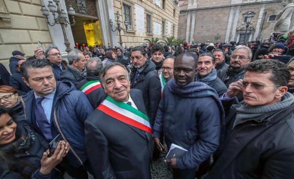imagen del alcalde de Palermo rodeado de seguidores