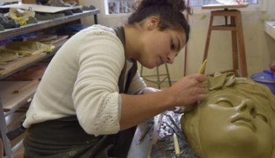 imagen de una joven escultora