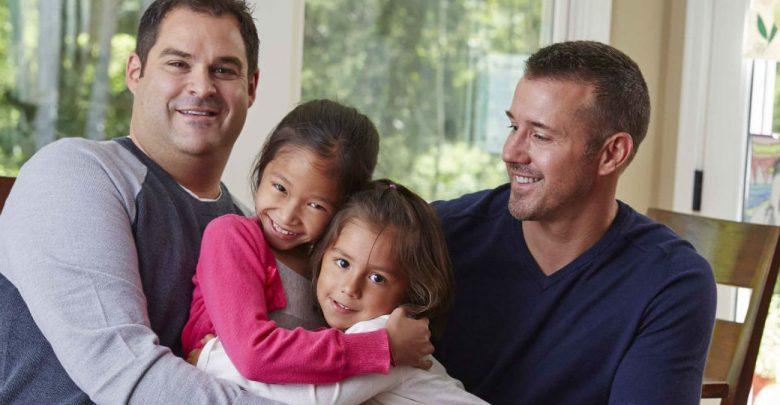 imagen de una familia con dos padres y dos hijas