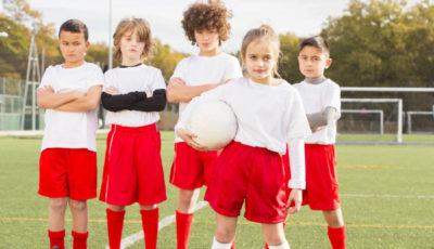 imagen de varios futbolistas de ambos sexos