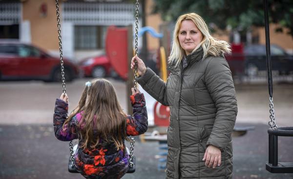 imagen de una madre con su hija autista