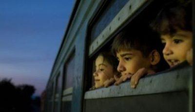 imagen ded varios niños asomados a la ventanilla de un tren