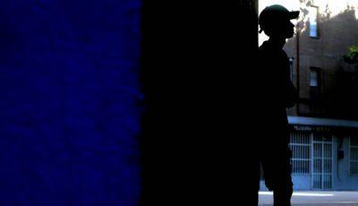 imagen en claroscuro de un joven inmigrante