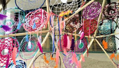 estructura hecha con atrapasueños en un patio escolar