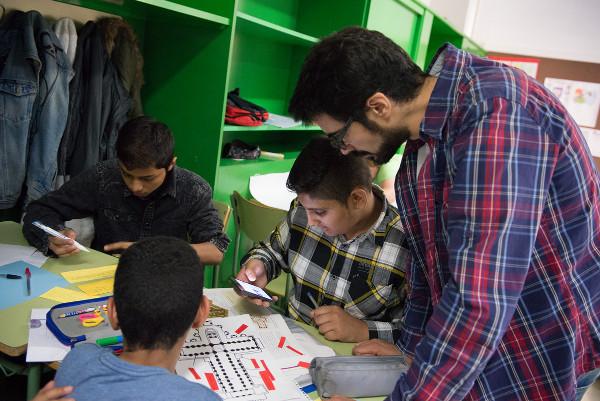 imagen de un profesor y varios alumnos trabajando con los móviles