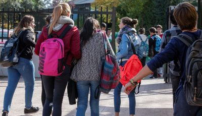 imagen de jóvenes saliendo de clase