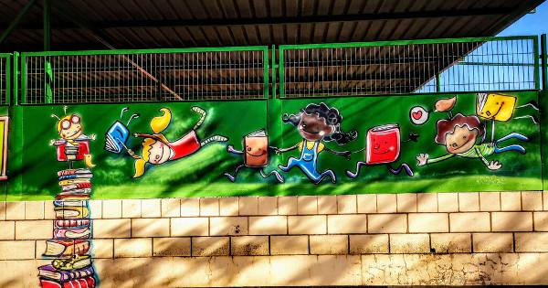 un mural pintado en un muro de un colegio