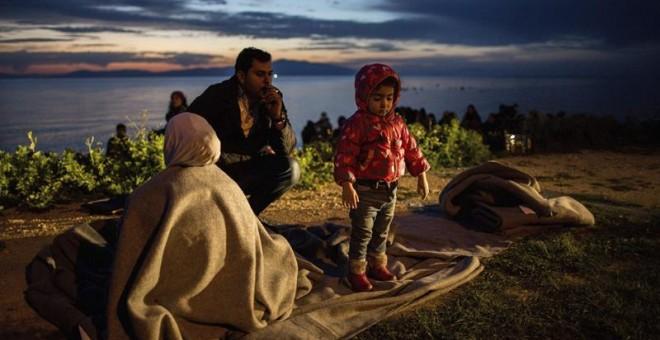 una familia de refugiados en la isla griega de Lesbos