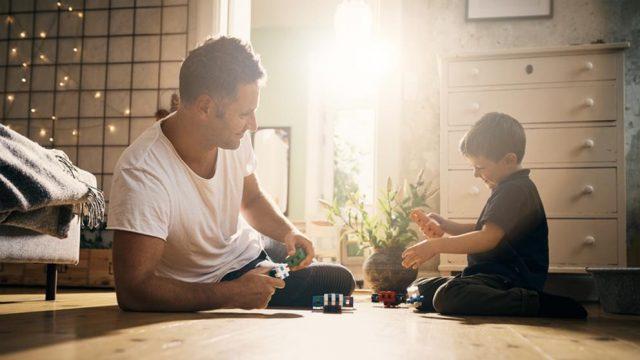 Imagen de un padre jugando con su hijo