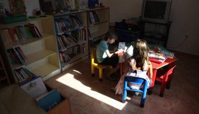 Imagen de una clase de un colegio rural con dos añumnos