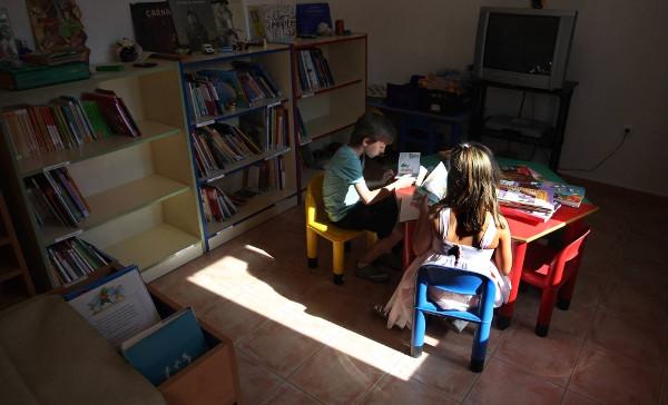Imagen de una clase de un colegio rural con dos alumnos