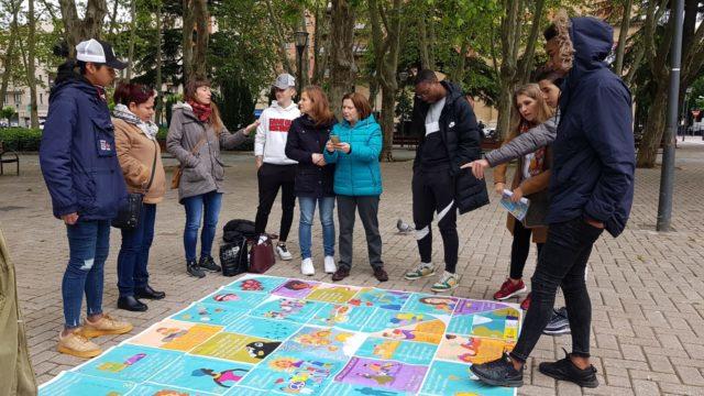 imagen de varios jovenes jugando a la oca intercultural en la calle