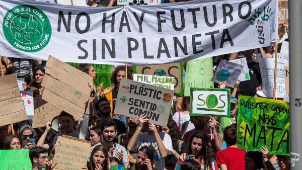 Manifestación con pancarta No hay futuro sin planeta