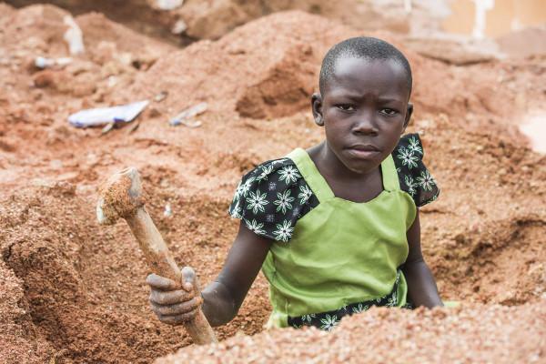 Imagen de una nena trabajadora de Tanzania