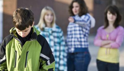 imagen de unas jóvenes burlándose de un chico