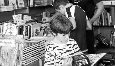 Imagen de un niño ojeando un cómic