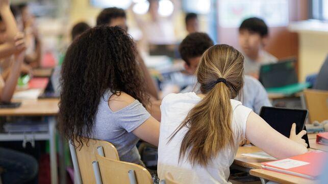 imagen de unas jóvenes en una clase