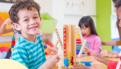 Imagen de un nene y una nena en una clase