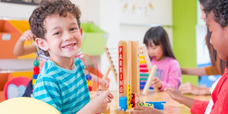 Imagen de varios nenes en una clase