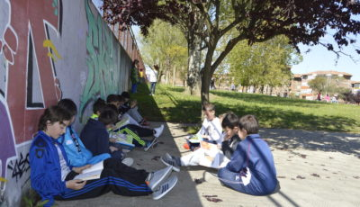 Imagen de varios jóvenes estudiando en un jardin