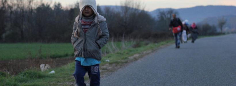 imagen de un niño inmigrante andando por una carretera