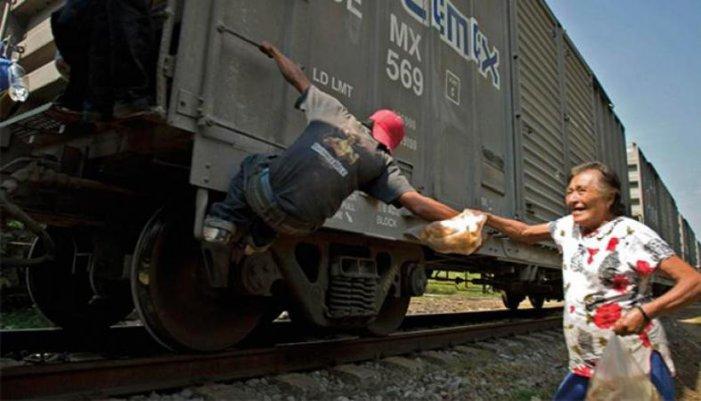 imagen de una patrona ayudando a un pasajero de La Bestia