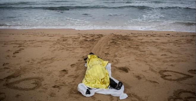 imagen de una persona muerta en una playa andaluza